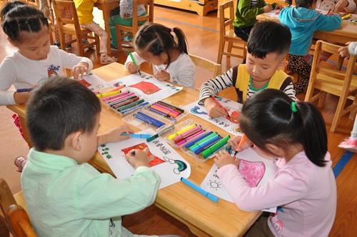 孩子们亲手绘制五星红旗