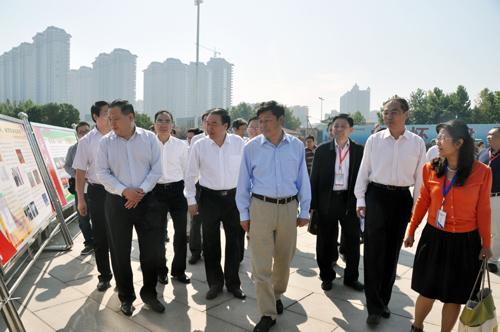 教育部副部长杜占元在安阳市领导陪同下观看推普周宣传展板