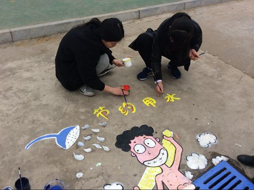 """二实幼的园丁用手中的画笔巧妙绘制""""井盖画"""""""