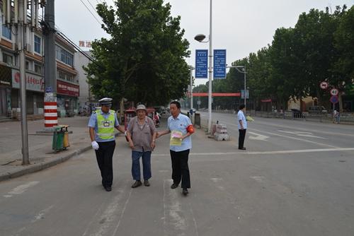 """内黄县法院志愿者服务队开展""""文明交通行动""""倡导文明"""