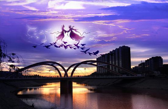 在我的家乡安阳市有很多桥,有平原桥、殷都桥、安阳桥但我最喜欢的还是东风桥。 东风桥位于流经于安阳市区一条古老而重要的洹河之上,它非常雄伟。桥长约160米,宽20多米。桥上两侧四个半圆的拱形,拉着48根小臂一样粗的拉索,使其固定着桥面。它的外形设计独特,时尚,是一座双圆弧形的桥,像一颗颗爱心。它于1992年建成并投入使用,至今已历经二十余年,因为当时市政府为解决南北行人车辆出行的方便,故在人们心目中也叫爱心桥。 这种结构不仅坚固而且美观。虽然东风桥白天特别美,但我更觉得它的夜晚最迷人。每当夜幕降临,华灯