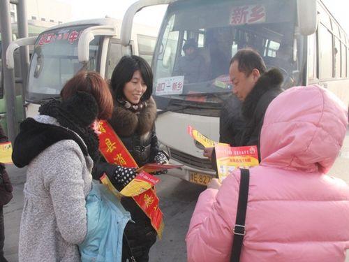 滑县消防志愿者走进县汽车站发放消防知识传单