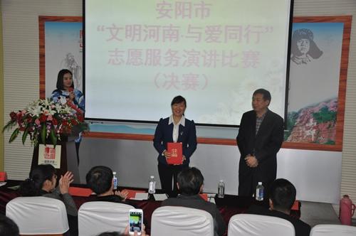 在安阳市第二中学道德讲堂举行,来自四县五区的18位优秀志愿者代表,以